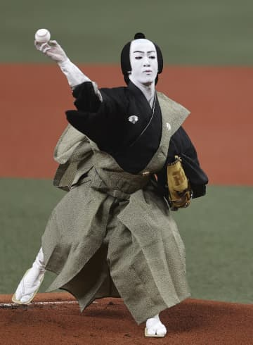 歌舞伎の尾上右近さんが始球式 阪神ファン「わくわくした」 画像1