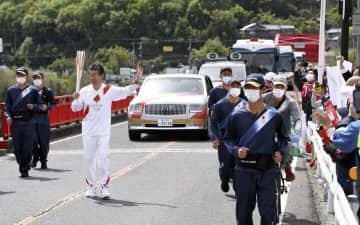 四国に上陸、五輪聖火 徳島、吉野川の橋を進む 画像1