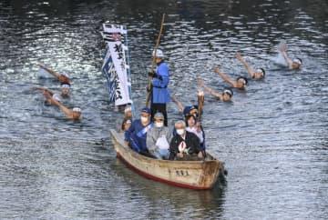 高松城の堀を和船で聖火リレー ハンセン病入所者車いすで 画像1