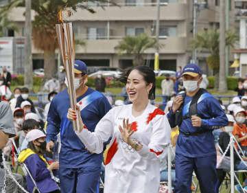 聖火リレー、九州でスタート 大分、新体操の田中琴乃さん走る 画像1