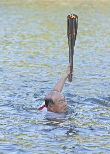聖火リレー、日本泳法で川を渡る 大分出身の指原莉乃さんも登場 画像1