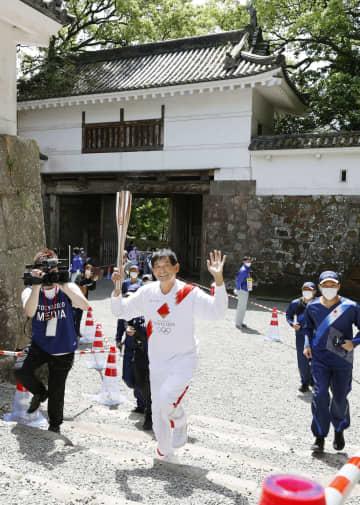 宮崎の聖火、谷口浩美さん笑顔 「こけずにゴールできた」 画像1