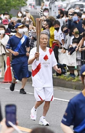 長崎でも64年五輪の聖火走者 70歳「今回は笑顔で走れた」 画像1