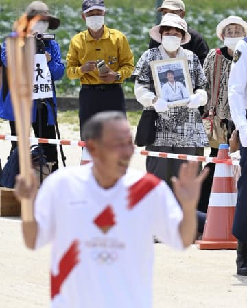聖火、古賀稔彦さんの母校を走る バルセロナ五輪時の写真胸に1周 画像1