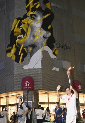 聖火、柔道家古賀さんの思い胸に 百貨店の巨大壁画前を通過、佐賀 画像1