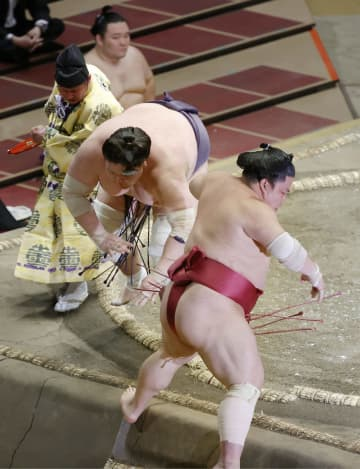 照ノ富士、8戦全勝で勝ち越し 大関復帰で初、1差で貴景勝 画像1
