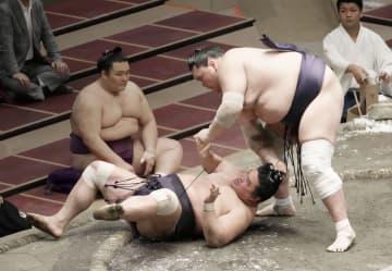 照ノ富士が反則で初黒星 貴景勝と遠藤は2敗守る 画像1