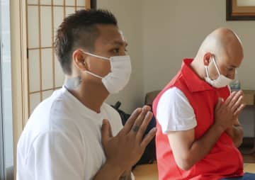 ミャンマー選手22日に難民申請 大阪の寺で平和祈願、涙拭う 画像1