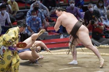 白鵬と照ノ富士、首位譲らず 7連勝、琴ノ若が1敗で追走 画像1