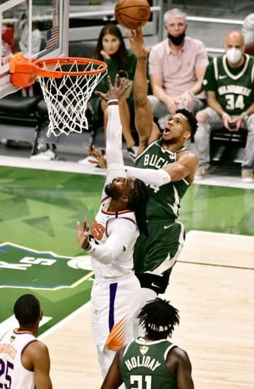 NBA決勝、バックスが初白星 第3戦、サンズを下す 画像1