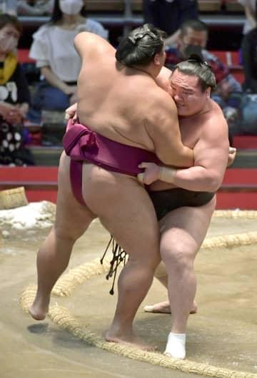 白鵬、照ノ富士が12連勝 後続と3差、正代7勝目 画像1