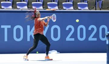 大坂、テニス会場で初練習 力強いショット披露 画像1