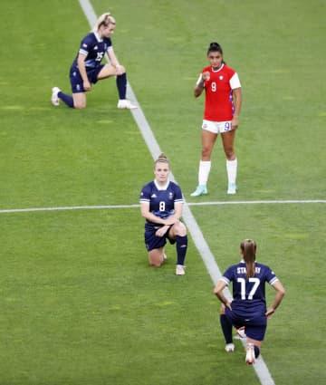 膝つきで人種差別に抗議の意 五輪サッカー女子、英国代表ら 画像1