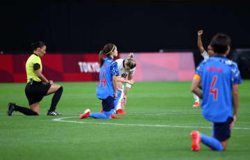 サッカー、日本と英国が膝つき 女子、全員が試合開始前に 画像1