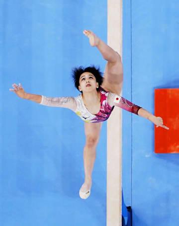 日本女子8位で団体決勝へ 体操・25日 画像1