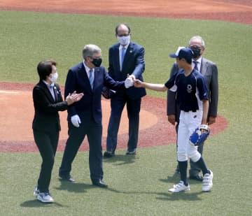 バッハ会長、野球の開幕戦式典に 王貞治氏らと始球式参加、福島 画像1
