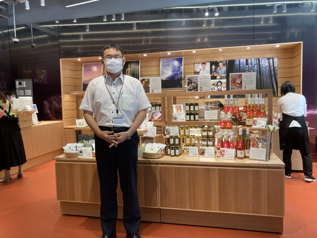 「伝えたい 奈良のこだわり」フェアコーナーの前で、古川義富美館長