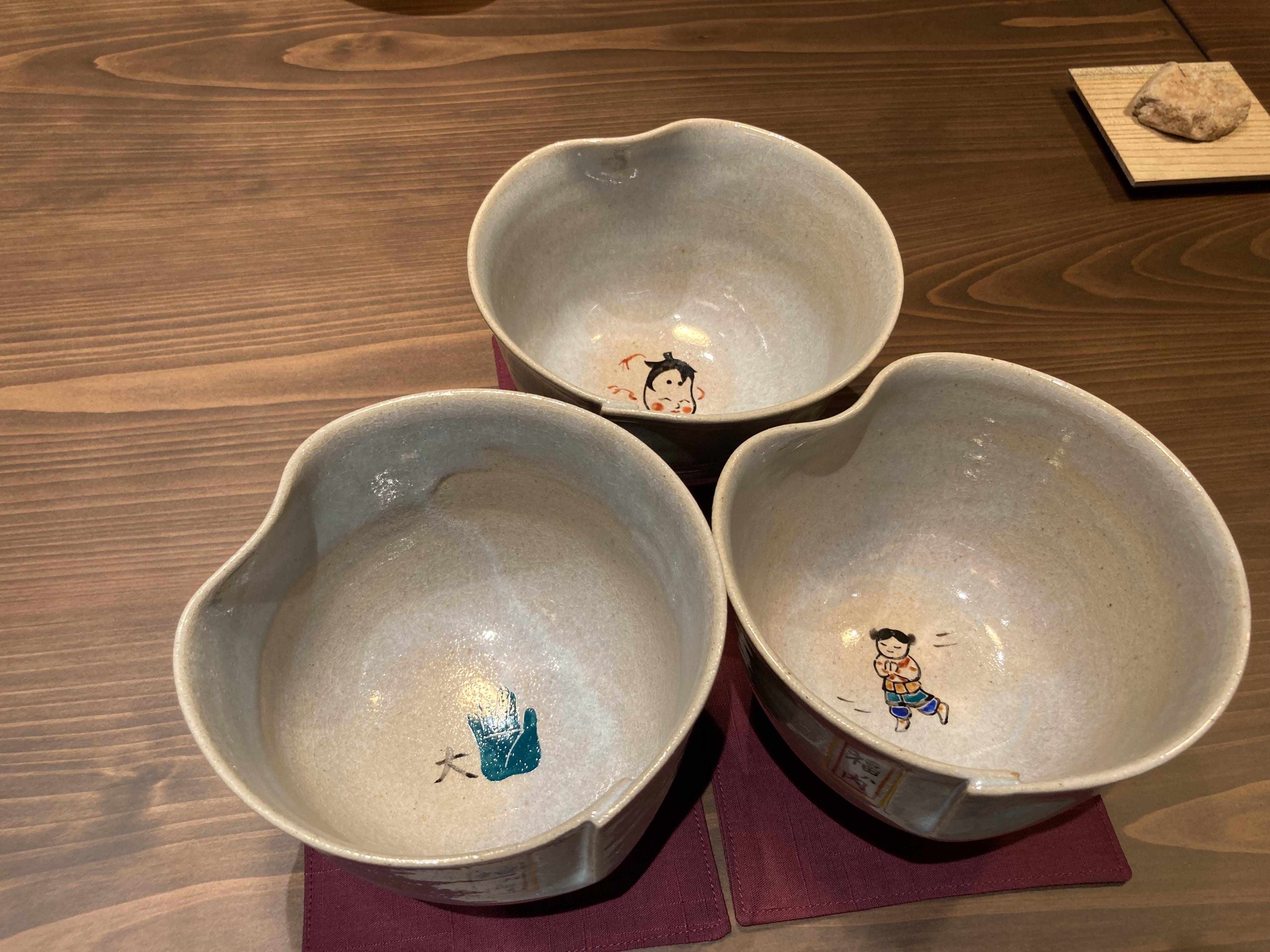奈良県由来の絵柄が底に描かれた赤膚焼の器