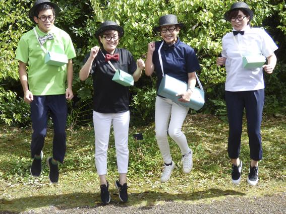 トークイベント後に開かれた、浅田さんの撮影会で、飛び上がったポーズを取る土佐市観光協会のメンバー。