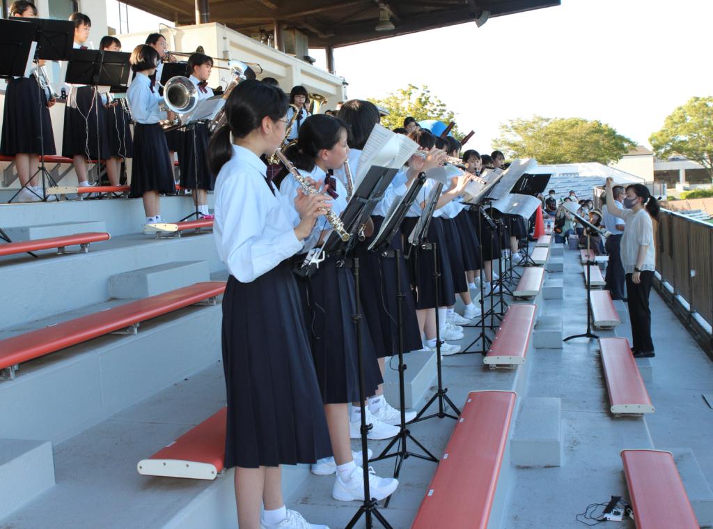 演奏する公津の杜中学校吹奏楽部。指揮は寺村瑠梨子先生(右)