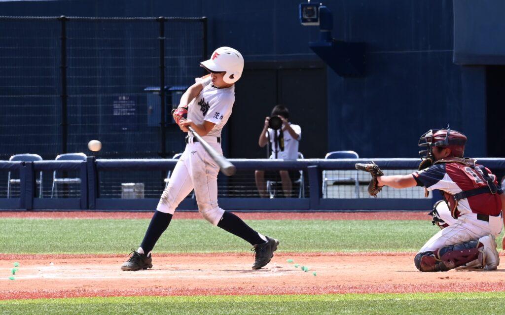四回に二塁打を放つ茎崎ファイターズ(茨城)の川下(8月19日、新潟市・ハードオフ新潟)。