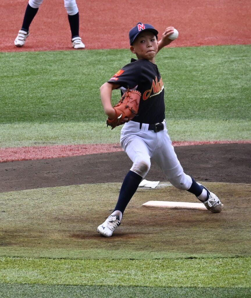 力投する野沢少年野球クラブ(長野)の小山蒼空(8月18日、新潟市・ハードオフ新潟)。