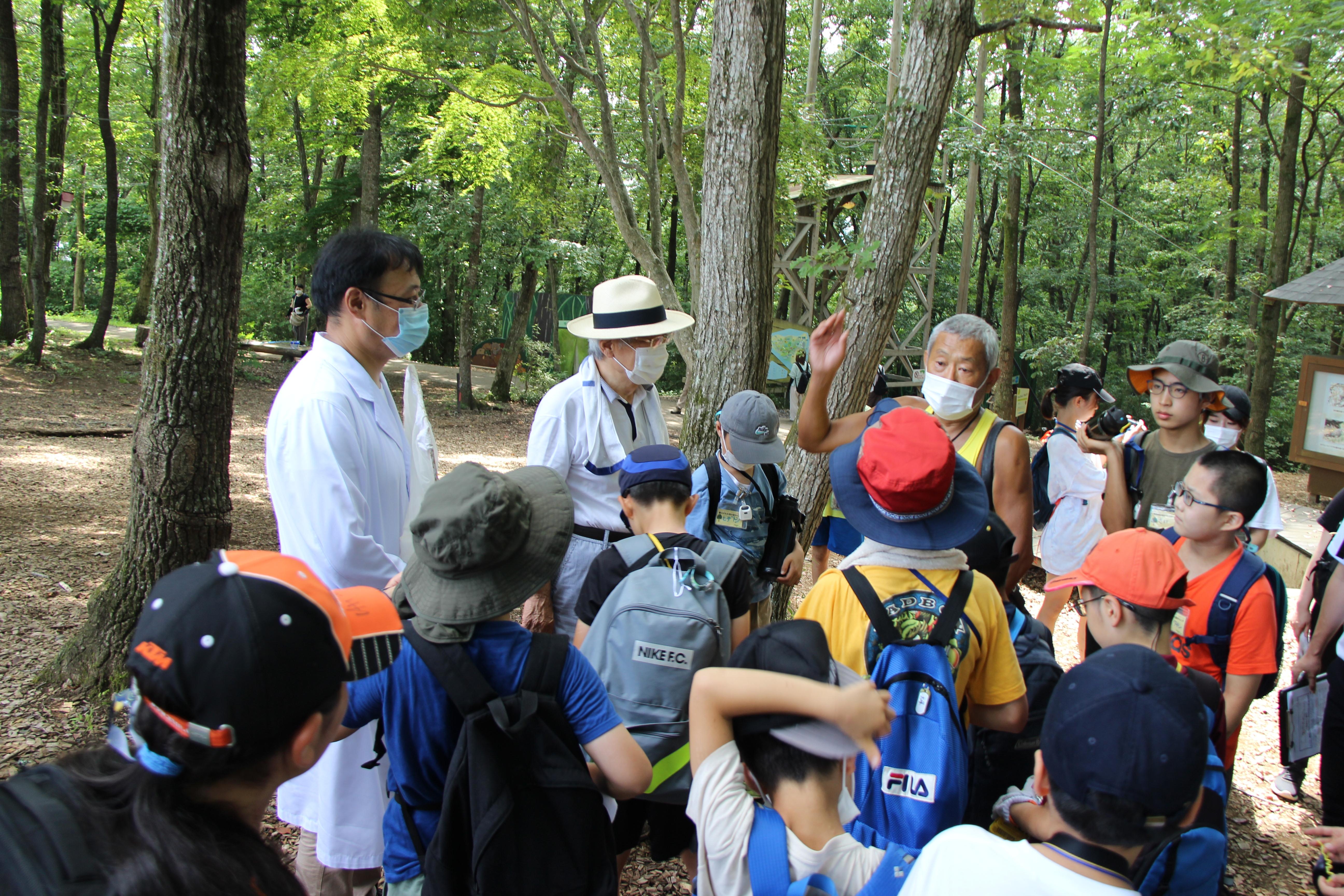 子どもに説明をする(左から)佐々木さん、養老氏、崎野さん。