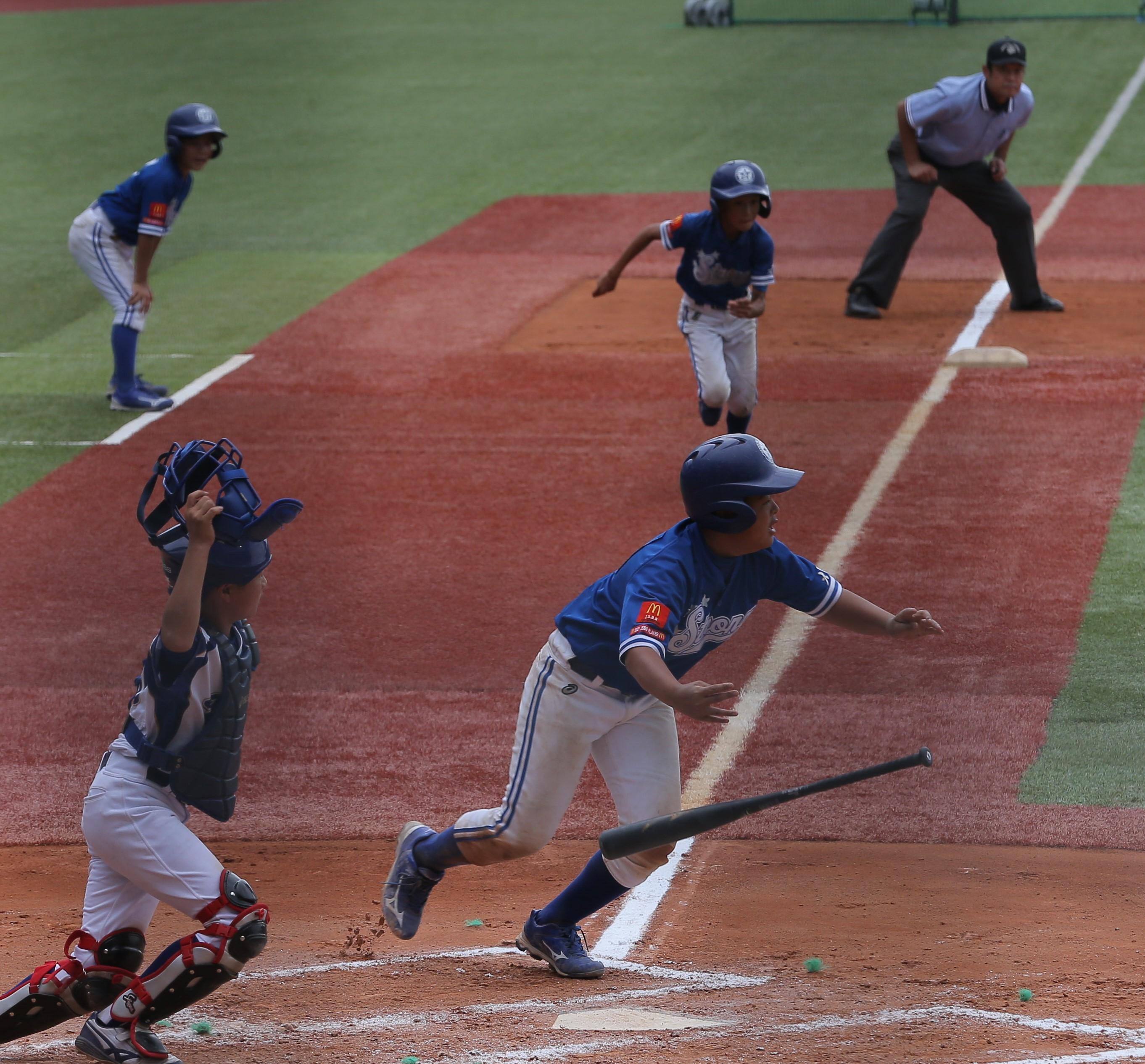 六回、長曽根ストロングスの瀬口がスクイズを決める。三塁走者は西原(22日、ハードオフ新潟)