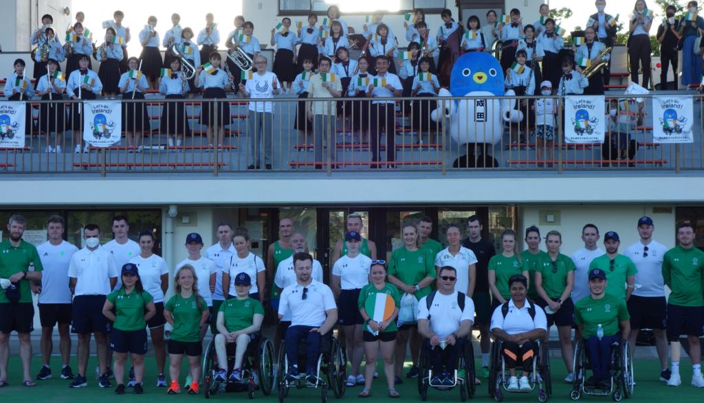 東京パラリンピック・アイルランド代表チーム(下)と公津の杜中学校吹奏楽部員や成田市幹部