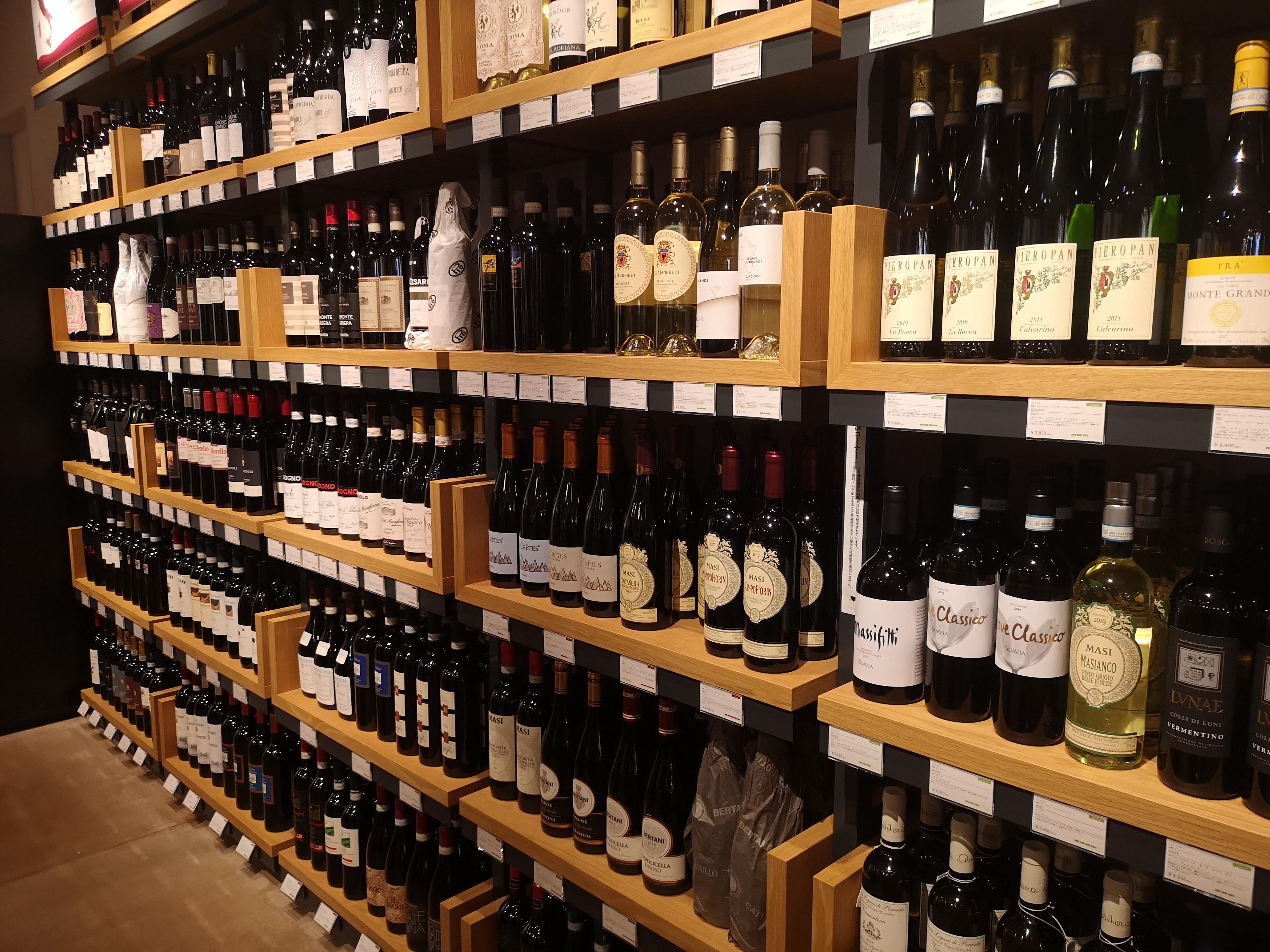 豊富なワインの棚