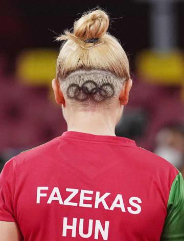 後頭部と爪に五輪マーク ハンガリーの卓球女子選手 画像1