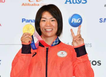 川井梨紗子「メダル重たいなあ」 一夜明け会見で笑顔 画像1