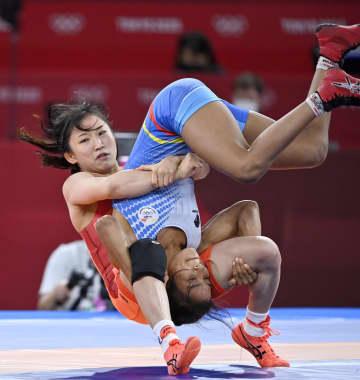 レスリング須崎、快勝で準決勝へ 女子50キロ級、選手団旗手 画像1