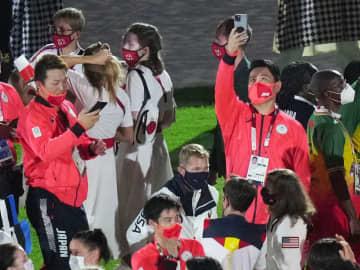 閉会式、野球の田中将大らが参加 元同僚オースティンと肩組んで 画像1