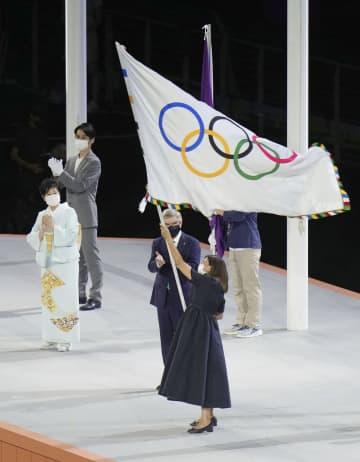 五輪旗、パリ市長へ 小池都知事から引き継ぎ 画像1