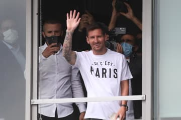 メッシ選手を熱狂歓迎 パリでサポーター集結 画像1