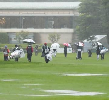 女子ゴルフは悪天候で中止 NEC軽井沢72第2日 画像1