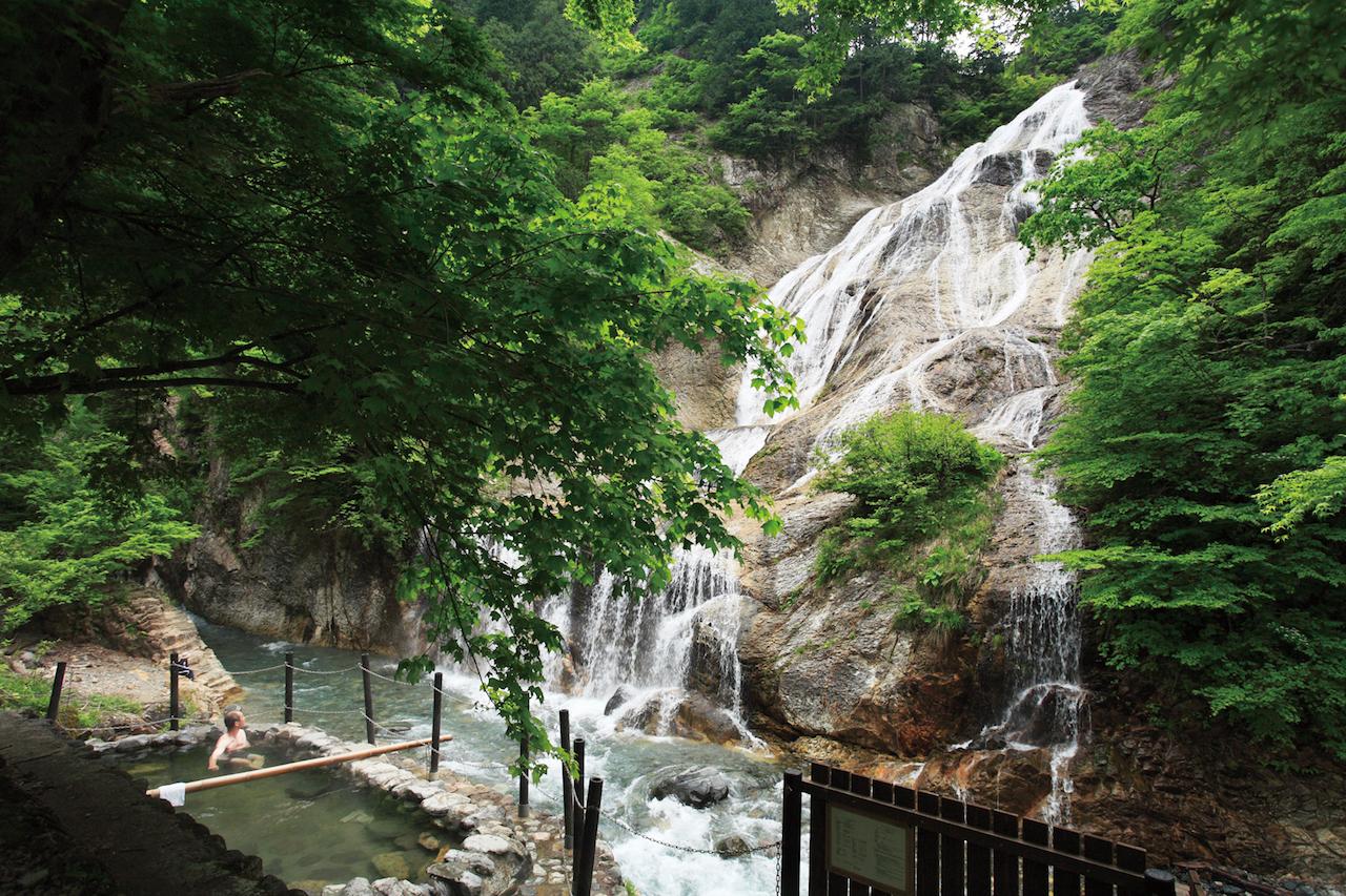 【涼を呼ぶ夏の絶景】北陸地域の美しい滝5選 画像3