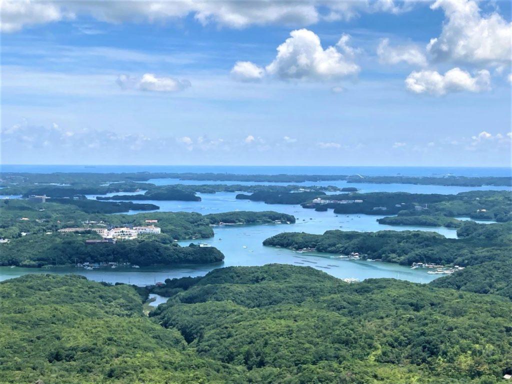 リアス海岸と豊かな緑の英虞湾を一望できる絶景スポット!天空のカフェテラスでご当地グルメも「横山展望台」【三重県志摩】 画像1