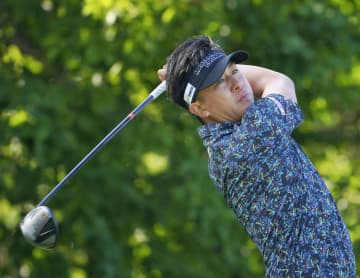 男子ゴルフ、上井邦裕が単独首位 38歳未勝利、第3日 画像1