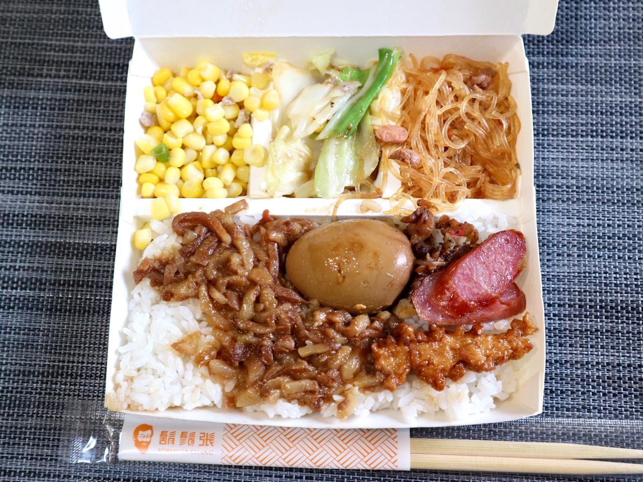 """【台湾】""""ひげのおじさん""""が目印「鬍鬚張魯肉飯」はテイクアウト弁当が充実!さて、そのお味は? 画像1"""