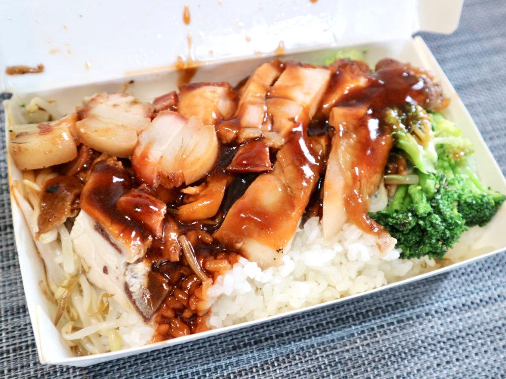 【台湾】ロースト肉が3種類のった定食「三寶飯」を人気店でテイクアウト!台北「鳳城燒臘粤菜」 画像1