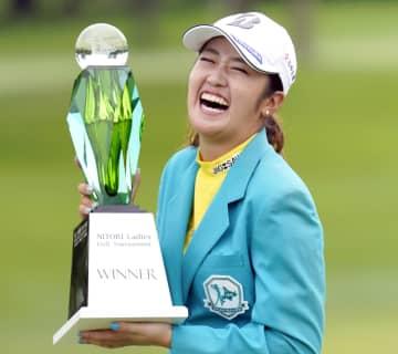 稲見萌寧が逆転で今季7勝目 女子ゴルフ最終日 画像1