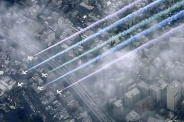 空自カラースモーク、車付着か 「ブルーインパルス」低空放出 画像1