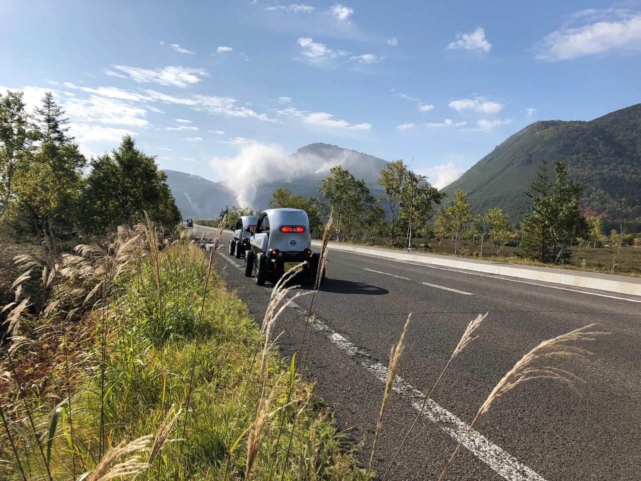 自然豊かな国立公園内をドライブ