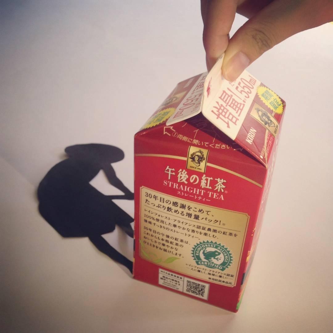 キリングループでは、中高生と共に社会課題解決に向けて挑戦する「キリン・スクール・チャレンジ」というプロジェクトを行っている。次世代にどんな地球を受け継ぎたいか考えてもらい、彼らからも学ぶという双方向のワークショップだ。その中から、『午後の紅茶』とスリランカの持続可能な農業の関係を一瞬で伝える素晴らしい作品も生まれた。(上記製品は現在発売しておりません)