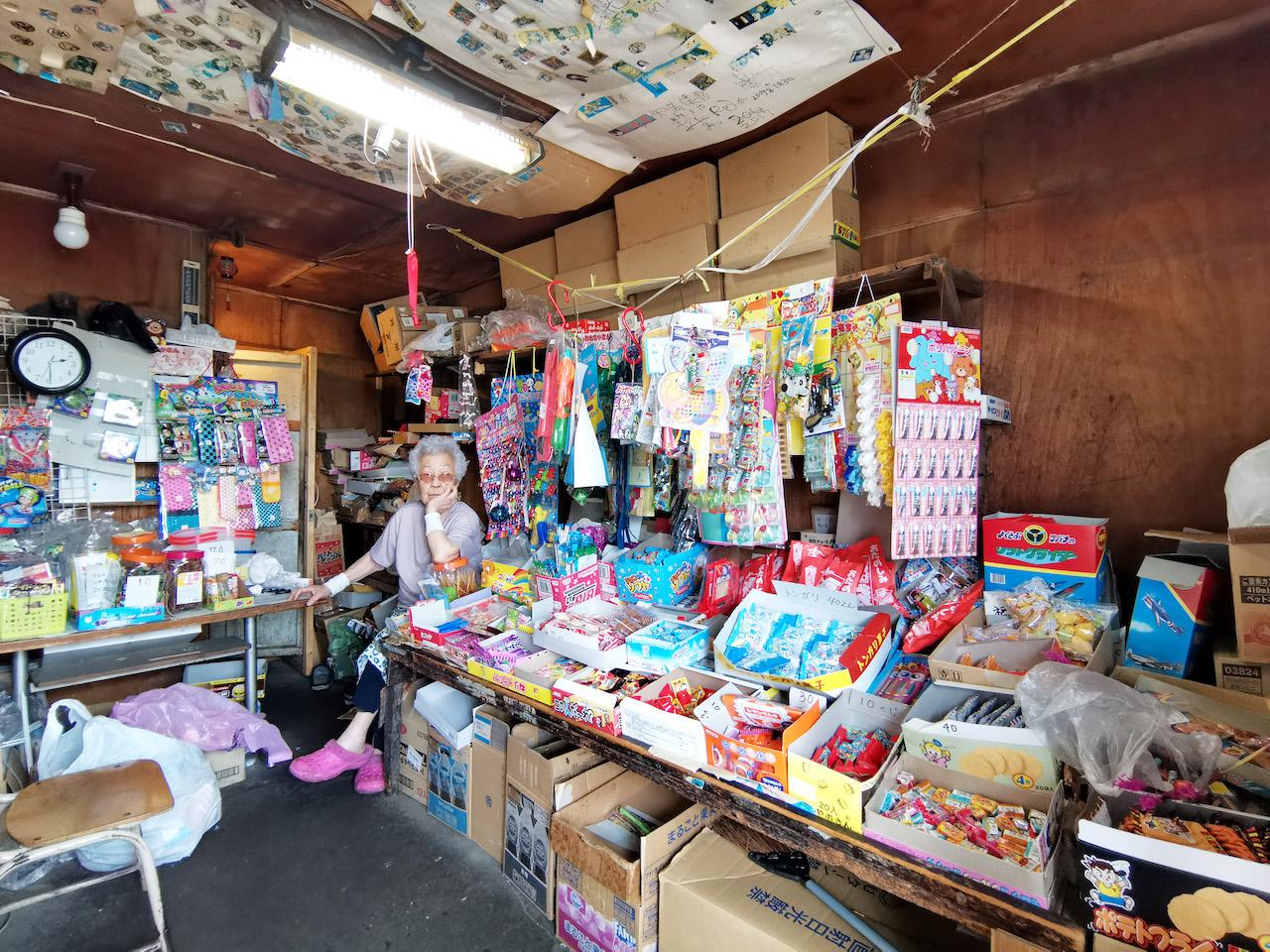 【宮永篤史の駄菓子屋探訪11】北海道函館市「いっせ(いっせん)」閉店をやめて営業を続ける小さな店 画像1