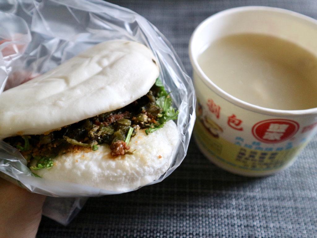 【台湾】肉の脂身の量を選べる!ふかふか蒸しパンのハンバーガー・割包と漢方スープ・四神湯が絶品の人気店「藍家割包」 画像1
