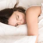 旅先のホテルで眠れないときに試したい!快眠セラピストが教える、バスタオルで使った「快眠枕」の作り方 画像1
