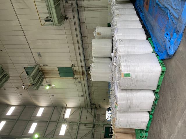 山積みされた原料の袋(川崎工場)。
